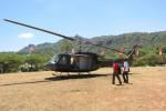Seorang pengunjung Waduk Gajah Mungkur (WGM) melintas di dekat helikopter yang digunakan saat persiapan Jambore Nasional (Jamnas Satpol PP), Senin (9/9/2013). Kegiatan yang diadakan pada Selasa-Kamis (10-12/9/2013) tersebut akan dibuka oleh Menteri Dalam Negeri, Gamawan Fauzi. (Ayu Abriyani K.P./JIBI/Solopos)