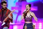 FESTIVAL MUSIK I HEART RADIO : KATY PERRY DIBALUT IKAT PINGGANG
