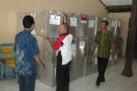 Sejumlah petugas Panitia Pemilikan Kecamatan (PPK) Colomadu, karanganyar menata kotak suara di aula kecamatan setempat, Kamis (19/9/2013). ( Iskandar/JIBI/Solopos)