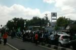 VONIS KASUS CEBONGAN : Massa Blokir Jalan dan Bakar Ban