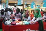 Warga berbelanja pakaian di mal (JIBI/Harian Jogja/Holly Kartika N. S)