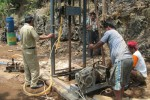 Pekerja mengoperasikan alat pengeboran di Dusun Bandungan, Desa/Kecamatan Paranggupito, Wonogiri, Senin (23/9/2013). Pengeboran ini untuk mendapatkan air dari sungai bawah tanah yang diperkirakan berada di kedalaman 98 meter. ( Tika Sekar Arum/JIBI/Solopos)