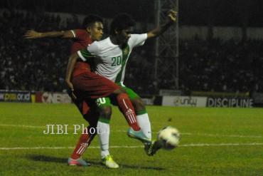 Pemain Timnas Indonesia U-19, Ilham Udin Armaiyn (kanan) berusaha melewati hadangan pemain Timnas Myanmar dalam pertandingan AFF U-19 di stadion Petrokimia Gresik, Jawa Timur, Kamis (12/9/2013).