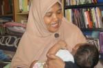 Ibu rumah tangga asal Laweyan, Solo, Erlin Susiloprapti, menimang anaknya, Ahmad Zidan Ramadan. Erlin melahirkan anak keenamnya itu, saat dirinya berusia 43 tahun.