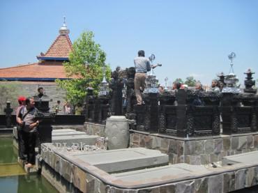Warga membongkar bangunan yang diduga untuk ritual (Sri Sumi Handayani/JIBI/Solopos)
