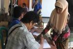 Salah satu warga Desa Karangwuni menandatangani perjanjian penyerahan lahan di Balai Desa Karangwuni, Rabu (23/10/2013). (JIBI/Harian Jogja/Switzy Sabandar)