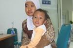 Fahri Munif berada di pangkuan ibundanya Retno Ambarwati di kantor Solopeduli, Kamis (17/10/2013). (JIBI/Solopos/Is Ariyanto)