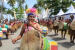 Grup musik tradisional Suling Tambur tampil dalam acara pembukaan Festival Bahari Raja Ampat 2013 di Pantai WTC Raja Ampat, Papua Barat, Jumat (18/10/2013). Tradisi musik suling tambur merupakan seni budaya tradisional masyarakat Raja Ampat yang sudah ada sejak puluhan tahun lalu dan merupakan ikon wisata Raja Ampat yang ditampilkan dalam setiap kegiatan-kegiatan yang berlangsung di Raja Ampat, Papua Barat. /Chanry Andrew Suripatty