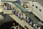 Jemaah haji kloter pertama Jakarta bergegas menuruni pesawat Boeing 747-400 dengan nomor penerbangan GA 7401 setibanya di Bandara Halim Perdanakusuma, Jakarta, Minggu (20/10). Kloter yang mengangkut 450 orang tersebut merupakan kloter pertama yang tiba di Tanah Air. (JIBI/Solopos/Antara/Andika Wahyu)