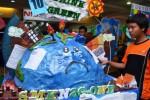 Pengunjung membaca artikel di sebuah majalah dinding (mading) yang dipamerkan di sebuah pusat perbelanjaan Kota Madiun, Jawa Timur, Minggu (27/10/2013). Lomba mading yang diikuti oleh puluhan peserta dari SMP serta SMA di Madiun dan sekitarnya itu dilaksanakan dengan tujuan menumbuhkan kreativitas dalam bidang jurnalistik di kalangan pelajar. (JIBI/Solopos/Antara/Fikri Yusuf)