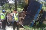 Truk bermuatan plastik, Kamis (31/10/2013), terguling setelah menabrak sebuah mobil Daihatsu Xenia di jalur lingkar utara Boyolali. (Oriza Vilosa/JIBI/Solopos)