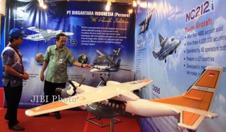 Pengunjung pameran melihat miniatur pesawat N219 produksi PT DIrgantara Indonesia (Persero) di Makassar, Sulsel, Kamis (24/10/2013). N219 dengan kapasitas 19 penumpang akan dilepas dipasar pada tahun 2016 dan telah mendapat pemesanan dari sejumlah maskapai di tanah air a.l Lion Air yang memesan 100 unit. (Paulus Tandi Bone/JIBI/Bisnis)