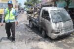 Mobil pikap yang terbakar di Jalan Jogja-Wonosari, Rabu (9/10/2013).