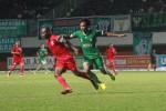 Pemain PSS, Monieaga (kanan), berebut bola dengan pemain Persifa Fakfak, dalam laga Divisi Utama di Stadion Maguwoharjo, Sleman, Minggu (6/10/2013).