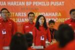 Ketua DPP PDIP Puan Maharani (tengah) didampingi Sekjen Tjahjo Kumolo (kiri) dan Bendahara Olly Dondokambey (kanan) memimpin Rapat Koordinasi Badan Pemenangan Pemilu PDI Perjuangan di Jakarta, Rabu (16/10). Rakor yang diikuti sekretaris dan bendahara DPD PDI Perjuangan seluruh Indonesia tersebut untuk mensosialisasikan hasil Rakernas PDIP dalam rangka mendulang suara pada pemilu 2014 sebesar 27,2 persen suara atau 153 kursi DPR. Antara/Wahyu Putro A