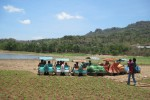 Pengunjung duduk-duduk di atas perahu bebek yang tidak beroperasi, Selasa (15/10/2013). Setelah air Waduk Gajah Mungkur (WGM) surut, perahu yang biaya sewanya Rp5.000/orang itu tidak bisa beroperasi. (Tika Sekar Arum/JIBI/Solopos)