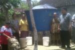 Warga Dusun Petirsari, Desa Petirsari, Kecamatan Pracimantoro, Wonogiri mengisi ember, jeriken dan alat lain untuk diisi air bersih yang dituangkan ke bak penampungan, Sabtu (12/10/2013). (JIBI/Solopos/Trianto Hery Suryono)