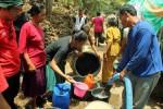 Warga Girisubo antre mendapatkan air bersih bantuan Pejuang Ijab Qobul DIY, Sabtu (5/10/2013).  (JIBI/Harian Jogja/Kusnul Istiqomah)
