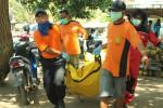 Evakuasi mayat awak Kapal Motor Akau Jaya Sembilan di Pantai Baron (JIBI/Harian jogja/Kusnul Isti Qomah)