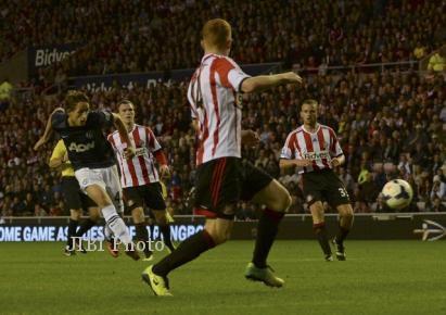 Tendangan pemain muda MU Adnan Januzaj ke gawang Sunderland. (JIBI/Reuters/Nigel Roddis)