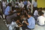 Siswa SMK Dominikus yang kesurupan ditenangkan guru dan rohaniawan, Rabu (9/10/2013). (JIBI/Harian Jogja/Ujang Hasanudin)