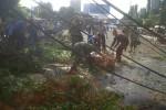 Petugas BPBD, Pemadam, TNI-Polri tengah mengevakuasi pohon tumbang yang melintang di badan jalan Brigjen Katamso, Wonosari Gunungkidul (JIBI/Harian Jogja/Ujang Hasanudin)