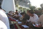 Jemaah Salat Id menyimak buku yang berisi kotbah Idul Adha seusai mengikuti salah berjamaah di halaman Masjid Taqwa Wonogiri, Selasa (15/10/2013).(JIBI/Solopos/Trianto Hery Suryono)