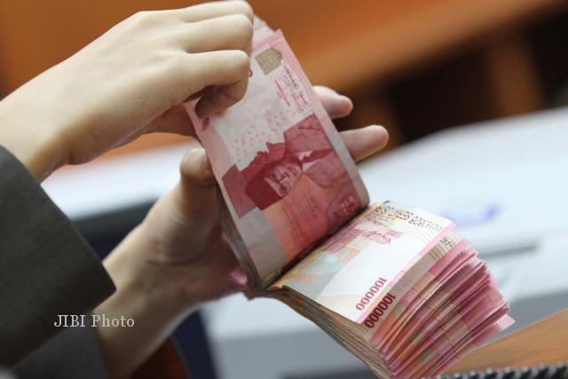 Menghitung Uang Pecahan Rp100.000 (Dok/JIBI/Bisnis)