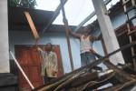 CUACA EKSTREM : 3 Rumah Rusak Diterjang Angin