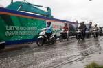 Sejumlah pengendara sepeda motor melintas di dekat proyek Fly Over yang terdapat genangan air di Jalan Raya Palur, Karanganyar, Rabu (27/11). Lokasi pengerukan aspal di proyek itu terdapat genangan air hujan yang harus diangkut menggunakan truk karena saluran air tidak berfungsi optimal. (JIBI/Solopos/Ardiansyah Indra Kumala)