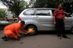 RAZIA PARKIR CITY WALK : Kena Sanksi Gembok, Pemilik Mobil Semprot Petugas