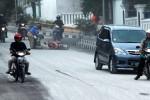 Seorang pengendara sepeda motor terjatuh di Jl. Merapi, Boyolali Kota, Senin (18/11/2013) pagi, akibat terpeleset pasir. (Oriza Vilosa/JIBI/Solopos)