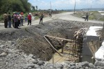 Rombongan yang mempersoalkan pembangunan saluran irigasi yang terkena Tol Solo-Kertosono meninjau ke salah satu lokasi di Desa Sindon, Kecamatan Ngemplak, Boyolali, Rabu (13/11/2013). (Iskandar/JIBI/Solopos)