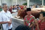 Gubernur Jawa Tengah, Ganjar Pranowo, berbincang dengan kelompok peternak sapi yang tergabung dalam Asosiasi Peternak Sapi (Aspin) Boyolali, di klaster sapi Pilangsari, Potronayan, Nogosari, Kamis (21/11/2013). ( Hijriyah Al Wakhidah/JIBI/Solopos)