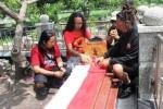 Seniman Jawa Timur Ziarahi Makam Gombloh