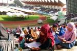 Ribuan warga mengikuti tes tulis seleksi calon pegawai negeri sipil (CPNS) di lapangan bola Stadion Harapan Bangsa, Lampineueng, Banda Aceh, Minggu (3/11/2013). Sekitar 18.000 peserta dari berbagai tingkat pendidikan mengikuti ujian CPNS secara serentak di berbagai lokasi yang disediakan pantia dari Pemerintah Propinsi Aceh. (JIBI/Solopos/Antara/Ampelsa)