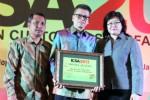 PT Toyota Astra Motor (TAM) melalui Direktur Finance Samuel Manesseh (tengah), menerima 3 penghargaan Indonesia Customer Satisfaction Award (ICSA) 2013 yang diserahkan Direktur Research Frontier Sylvia Renate (kanan) dengan didampingi Redaktur Eksekutif Swa Kusnan M. Djawahir, di Jakarta, Rabu (20/11/2013) malam. Penghargaan tersebut diberikan untuk katagori mobil MPV (Toyota Avanza), city car (Toyota Yaris), dan medium class sedan car (Toyota Vios). (JIBI/Solopos/Antara/Bennami)