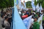 Ilustrasi unjuk rasa buruh berunjuk rasa menolak penetapan Upah Minimum Kabupaten (UMK) Karanganyar di kantor Setda Karanganyar, Rabu (20/11/2013).(JIBI/Solopos/Bony Eko Wicaksono)