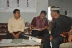 Ketua Panwaslu Boyolali, Taryono (kiri), Kamis (21/11), menemui warga Desa Sari Mulyo, Kecamatan Kemusu, yang melaporkan kasus dugaan mobilisasi politik dalam pertemua di desa tersebut, Senin (11/11) lalu. (JIBI/Solopos/Septhia Ryanthie)