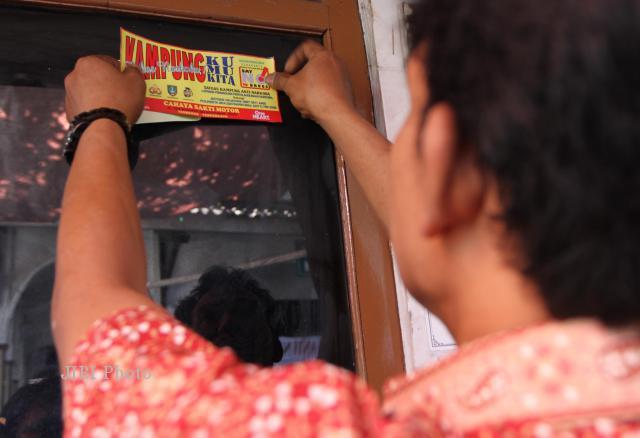 Warga menempelkan stiker kampung bebas Narkoba di RW008 Reksoniten, Gajahan, Solo. (Dok/JIBI/Solopos