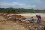 Sejumlah pekerja membersihkan limbah produksi tapioka PT Aneka Agro Andalan, Desa Pondok, Ngadirojo, sebelum dialirkan ke kolam penampungan limbah, Rabu (6/11/2013). Sekitar tiga hari ini, warga mengeluhkan limbah di pabrik tersebut yang berbau menyengat. (Tika Sekar Arum/JIBI/Solopos)