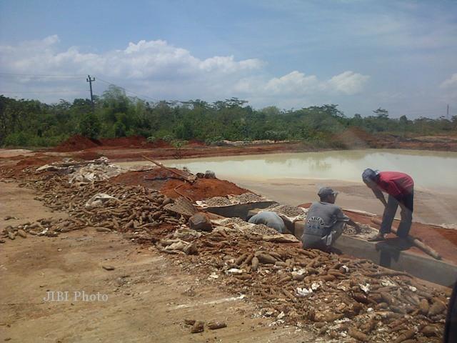 Sejumlah pekerja membersihkan limbah produksi tapioka PT Aneka Agro Andalan, Desa Pondok, Kecamatan Ngadirojo, sebelum dialirkan ke kolam penampungan limbah. (Dok/JIBI/Solopos)