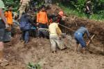 Warga dibantu relawan gabungan dan anggota Kodim mencari korban longsor di Dusun Banjar, Desa Gerdu, Karangpandan, Rabu (22/2/2012). (Dok/JIBI/Solopos)