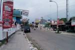 Sebuah kendaraan roda empat nekat parkir di jalan raya Sambi , Boyolali meski sudah ada peringatan dilarang berhenti dan dilarang parkir. Foto diambil Senin (25/11/2013). (Hijriyah Al Wakhidah/JIBI/Solopos)