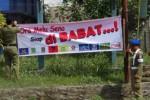 Personel Satpol PP Boyolali menurunkan spanduk bernada provokatif yang terpasang di sejumlah titik di wilayah itu, Senin (25/11/2013). (JIBI/Solopos/Septhia Ryanthie)