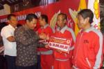 Bupati Klaten, Sunarna, menyerahkan bonus kepada salah satu atlet Porprov Jateng 2013 di Pendopo Setda Klaten, Rabu (4/12/2-13) malam. (JIBI/Solopos/Shoqib Angriawan)