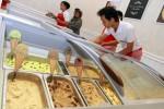 Sejumlah pelayan Mary Anne's Ice Cream and Resto menyiapkan pesanan di restoran es krim dan pancake itu di Jl. Kebong Sari 2, Jogja. (Desi Suryanto/JIBI/Harianjogja)