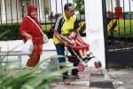 JIBI/Desi Suryanto  Wisatawan asal Surabaya terpaksa mengakat kereta dorong bersama sang cucu yang sedang tidur untuk menghindari tonggak beton pada trotoar di kawasan Nol Kilometer, Yogyakarta, Minggu (22/12/2013). Keberadaan labirin dan tonggak beton yang berfungsi sebagai penghalang sepeda motor untuk parkir itu seringkali merepotkan penggua trotoar terutama yang menggunakan kereta dorong, kursi roda dan difabel tuna netra.