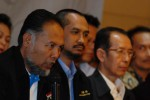 Wakil Ketua KPK Bambang Widjojanto (dari kiri) didampingi Ketua KPK Abraham Samad, Wakil Ketua Zulkarnaen memberikan keterangan saat menggelar konferensi pers akhir tahun 2013 di gedung KPK, Jakarta Senin (30/12). Dalam keterangannya, KPK berhasil menyelamatkan keuangan negara sebesar Rp 1,178 triliun dan uang tersebut dimasukan kedalam Penerimaan Negara Bukan Pajak (PNBP) dari penanganan perkara tindak pidana korupsi