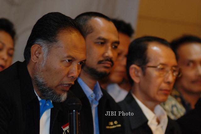 Wakil Ketua KPK Bambang Widjojanto (dari kiri) didampingi Ketua KPK Abraham Samad, Wakil Ketua Zulkarnaen memberikan keterangan saat menggelar konferensi pers akhir tahun 2013 di gedung KPK, Jakarta Senin (30/12). Dalam keterangannya, KPK berhasil menyelamatkan keuangan negara sebesar Rp 1,178 triliun dan uang tersebut dimasukan kedalam Penerimaan Negara Bukan Pajak (PNBP) dari penanganan perkara tindak pidana korupsi. (Alby Albahi/JIBI/Bisnis)